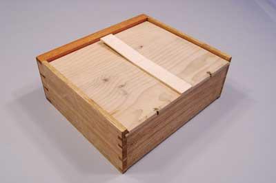 Finished drawer, underside with Quaker lock lamination