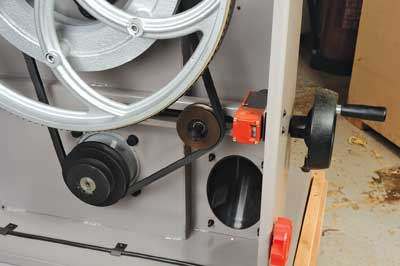 The pulley tensioning handwheel